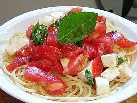 トマトとチーズの冷たいパスタ