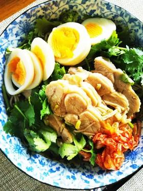 そばと蒸し鶏で冷麺風!