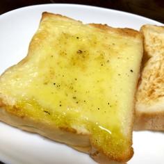 オリーブオイルのチーズトースト