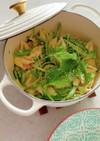 緑の野菜とサーモンのクリームパスタ