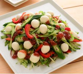 ひとくちモッツァと夏野菜の梅ドレサラダ