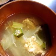 オクラと白菜とワカメのかき玉味噌汁