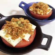 トマトとチーズのカリカリパン粉のっけ