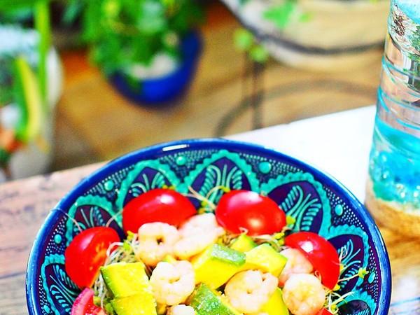 プリっとボイル海老とアボカドの朝サラダ