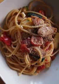 ソーセージ、ズッキーニ、トマトのパスタ