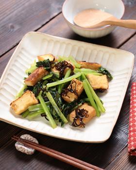 簡単副菜♪小松菜と厚揚げの塩昆布炒め