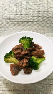 砂肝とブロッコリーの炒め物の写真