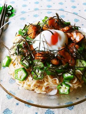 焼き鳥と温泉卵とオクラの冷やしあえ麺