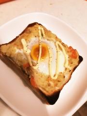余ったポテサラと卵のトーストの写真