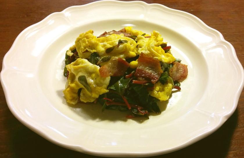 スベリヒユ、ベーコン、卵炒め