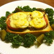 肉そぼろ、トマト、卵、チーズのトースト