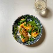 簡単!タラの中華風揚げ物と香菜の丼♪の写真