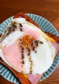 半熟卵のピザトースト