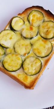 ズッキーニ&チーズトーストの写真
