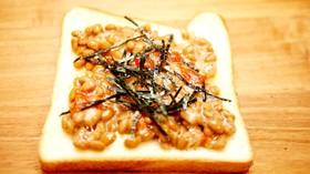 納豆トースト発酵バターとハバネロソース