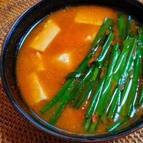 豆富とニラのピリ辛味噌汁