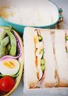 サンドイッチと鮭の切り身弁当