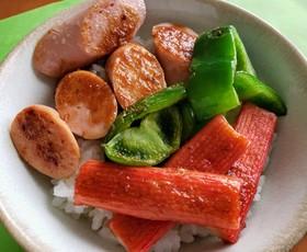 おさかなソーセージ&カニカマ焼肉のタレ丼