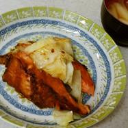 鮭のキャベツ炒め&ネギと大根の味噌汁