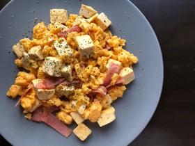 朝食に♪豆腐でカサ増しベーコンエッグ