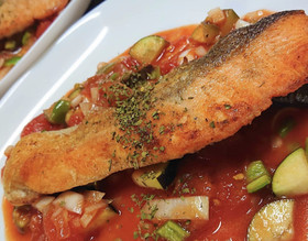 焼き鮭のトマト煮込み添え