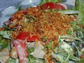 マグロと夏野菜のフライドオニオンサラダ