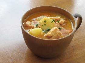 鶏もも肉とじゃが芋のトマトクリームスープ
