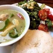まかない〜グリーンカレーとタイ風サラダ〜の写真