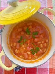 白インゲン豆とソーセージの煮込みの写真