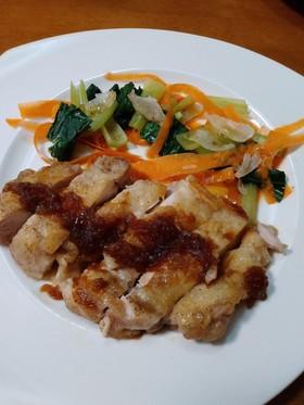 鶏肉ステーキのオニオンソース添え