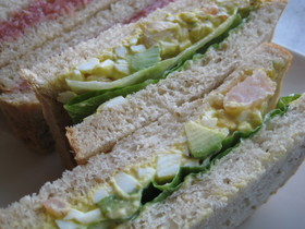 アボカドとエビと卵のサラダでサンドイッチ