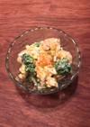 半熟卵とエビ とブロッコリーのサラダ