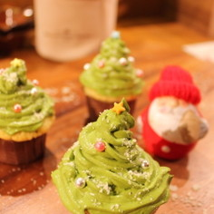抹茶チーズのクリスマスツリーカップケーキ