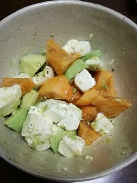 アボカド、クリチ、柿のサラダ