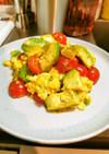 アボカドとトマトの卵チーズ炒め