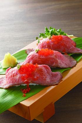 こぼれとびっこのローストビーフ肉寿司