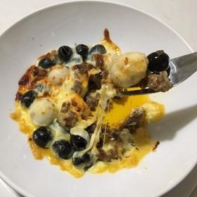 オリーブとうずらの卵のチーズ焼き