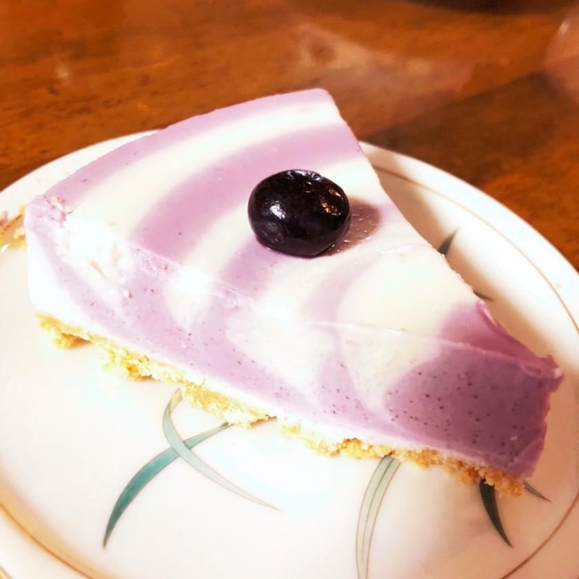 縞々模様のブルーベリーレアチーズケーキ