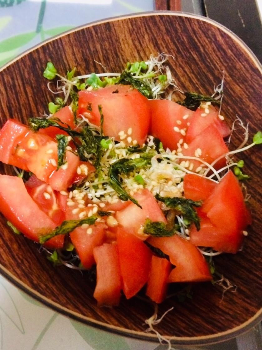 トマトとスプラウトの簡単すぎるサラダ