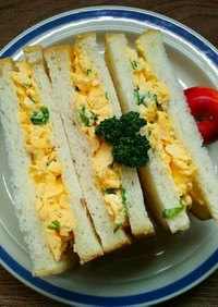 スクランブルエッグとネギのサンドイッチ