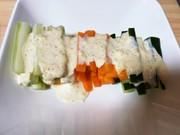 野菜の味を楽しむ野菜スティックサラダの写真
