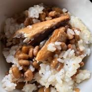 納豆とサバの味噌煮のご飯