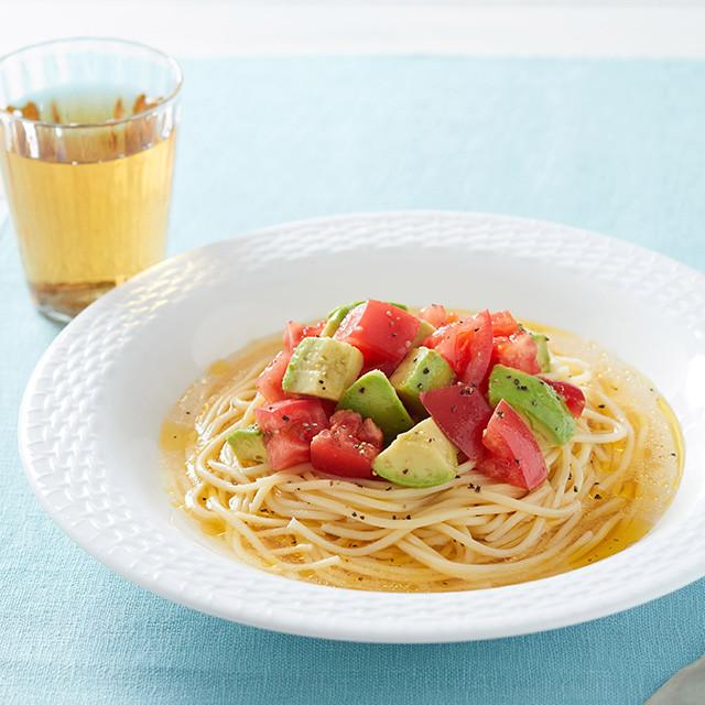 トマトとアボカドの冷製白だしパスタ