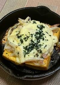 スキレットで厚揚の新玉ねぎ乗せチーズ焼き