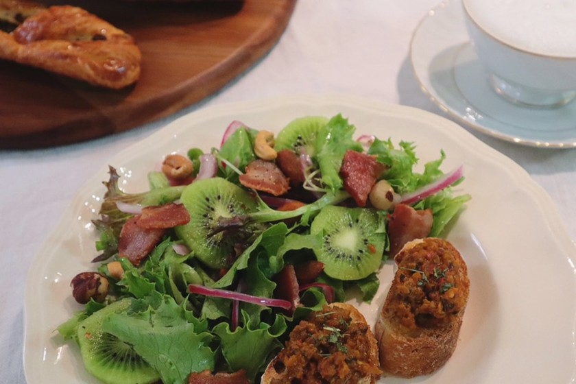 キウイとベーコンの彩りサラダ