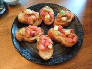 トマトアボカドチーズブルスケッタの写真