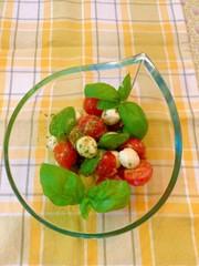 トマトとモッツアレラチーズのサラダの写真