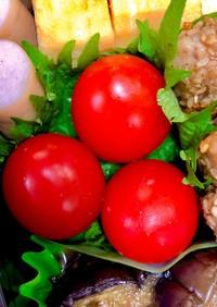 お弁当の隙間にミニトマトを大葉に乗せて♪
