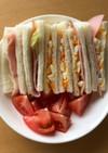 卵、ハム、レタスで作るサンドイッチ