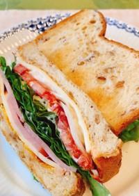 ライ麦パンのサンドイッチ。